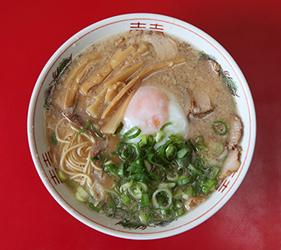 日本必吃推荐拉面在京都车站的「京都拉面小路」的京都 银阁寺・ますたに的叉烧面+温泉蛋